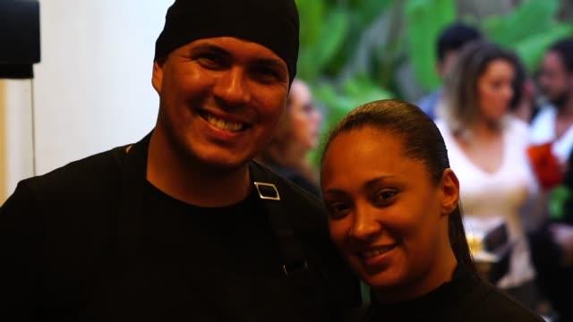 vídeos de stock, filmes e b-roll de retrato do brasileiro casal chef - empresa de pequeno porte no churrasco - dono