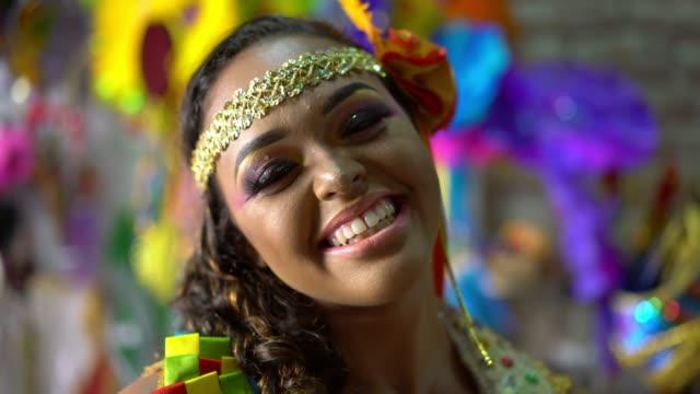 vidéos et rushes de verticale du danseur brésilien de frevo - coiffure