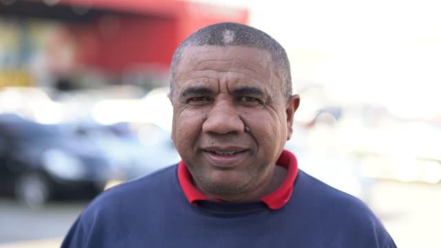 porträtt av brasiliansk man på jobbet - medelålders män bildbanksvideor och videomaterial från bakom kulisserna