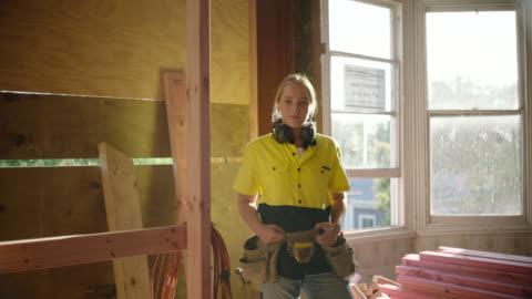 vídeos y material grabado en eventos de stock de portrait of builder - sin expresión