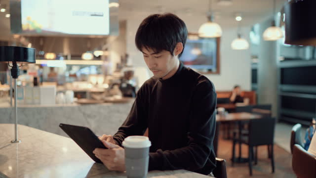 vídeos y material grabado en eventos de stock de retrato del hombre de negocios usando la tableta para su trabajo - cultura de café