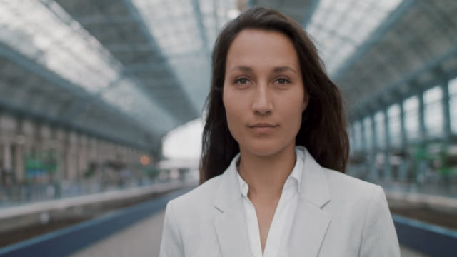 portrait of business woman - der weg nach vorne stock-videos und b-roll-filmmaterial