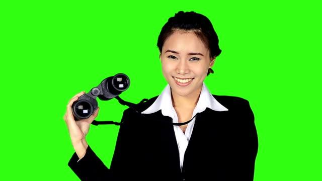 porträt von business-frau mit dem fernglas auf green-screen-hintergrund - keyable stock-videos und b-roll-filmmaterial