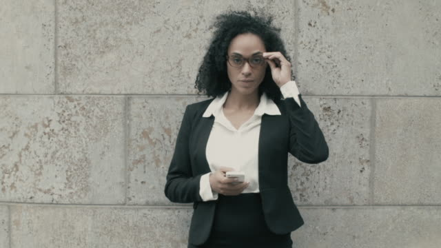 stockvideo's en b-roll-footage met portrait of business woman with smart phone - blazer