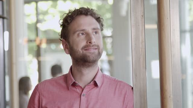 vídeos de stock e filmes b-roll de portrait of businessman at a cafe - plano charriot