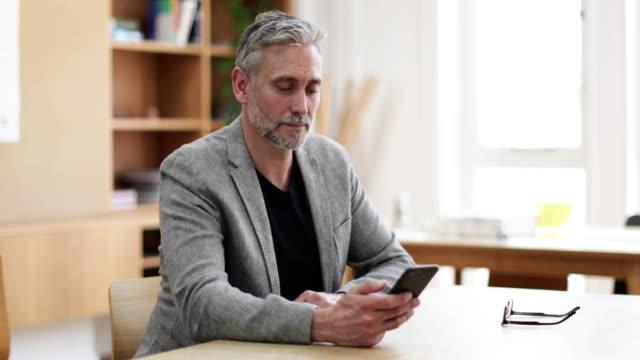 vídeos de stock, filmes e b-roll de portrait of businessman at desk - só um homem
