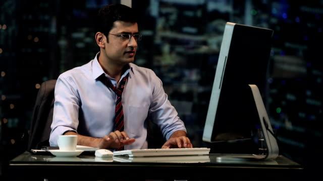 vídeos de stock e filmes b-roll de ms portrait of businessman smiling and using computer in office - camisa e gravata