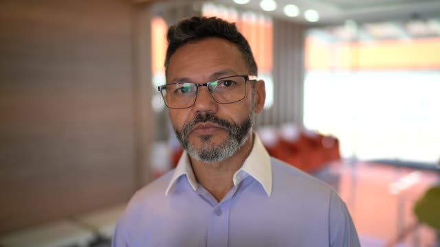 デジタルタブレットを使用したビジネスマンの肖像 - one mature man only点の映像素材/bロール