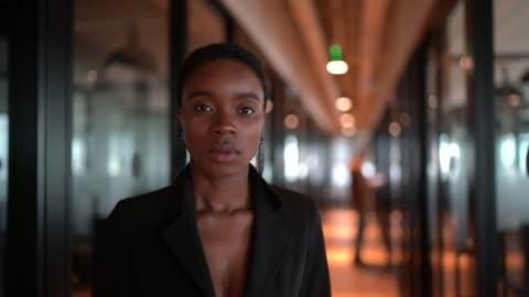 porträtt av affärskvinna på korridorkontoret - mod bildbanksvideor och videomaterial från bakom kulisserna