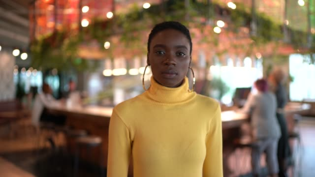 vídeos de stock e filmes b-roll de portrait of businesswoman at modern coworking - geração millennial