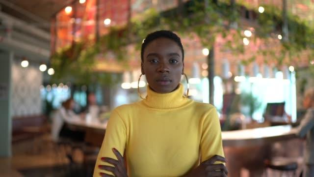 vidéos et rushes de verticale de femme d'affaires au bureau moderne - bras croisés