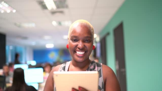 vídeos de stock, filmes e b-roll de retrato da mulher de negócios que prende uma tabuleta digital - fundador