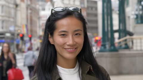 slo mo portrait of businesswoman in city. - drehort außerhalb der usa stock-videos und b-roll-filmmaterial