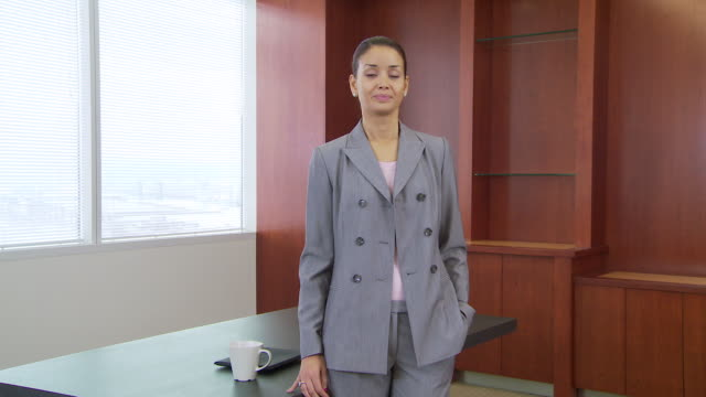 vídeos de stock e filmes b-roll de portrait of businesswoman in office crossing arms - fotografia de três quartos