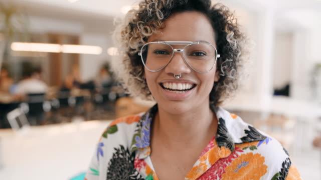 vidéos et rushes de portrait de femme d'affaires dans le bureau - piercing