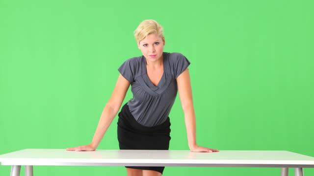vídeos de stock e filmes b-roll de portrait of businesswoman leaning on desk - saia