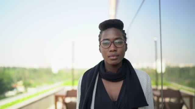 vidéos et rushes de verticale de femme d'affaires à l'extérieur - entrepreneur