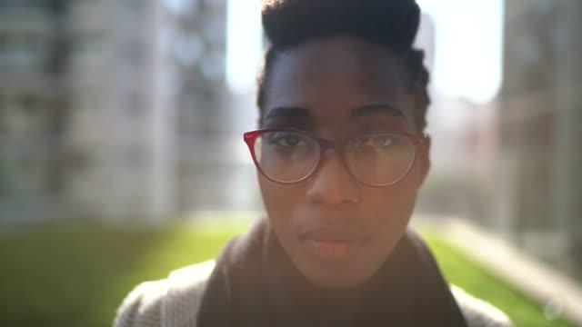 vidéos et rushes de verticale de femme d'affaires à l'extérieur - courage