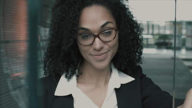 stockvideo's en b-roll-footage met portrait of businesswoman smiling - onderdeel van een serie