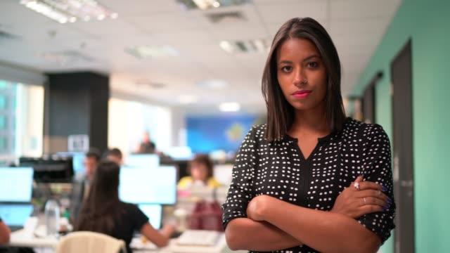 vídeos de stock e filmes b-roll de portrait of businesswoman - braços cruzados