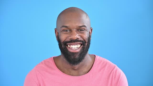 vídeos de stock, filmes e b-roll de retrato de homem preto adulto médio casual em roupas casuais - fundo colorido