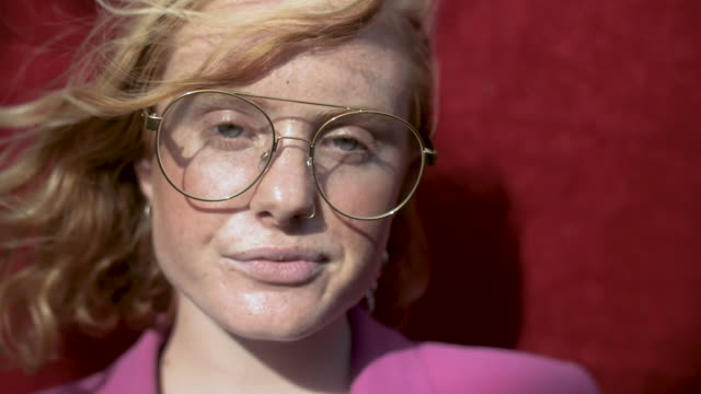 stockvideo's en b-roll-footage met portrait of caucasian woman with glasses, close up - individualiteit