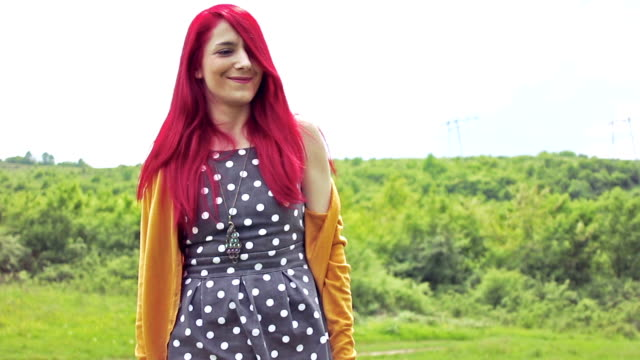 vidéos et rushes de rouge portrait de jolie jeune fille aux cheveux longs, à l'extérieur - cardigan