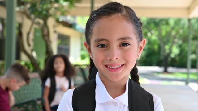 陽気なヒスパニック女子高生の肖像 - girls点の映像素材/bロール