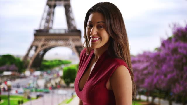 portrait of cheerful sexy young latina woman in paris - 赤のドレス点の映像素材/bロール