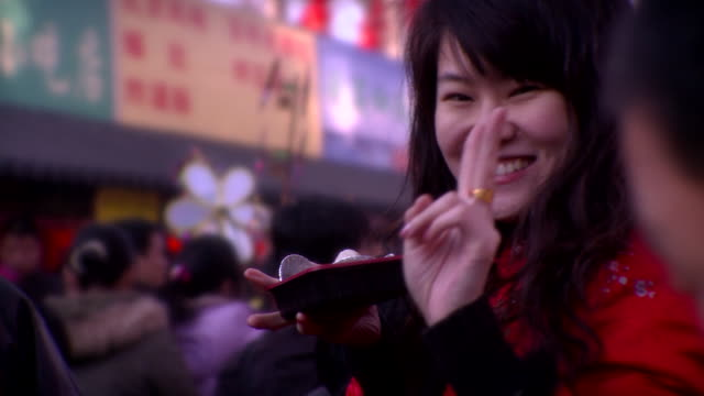 vídeos de stock e filmes b-roll de cu portrait of chinese woman holding chinese dumplings and smiling, beijing, china - comida chinesa
