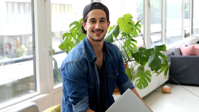 stockvideo's en b-roll-footage met portret van computerprogrammeur glimlachend in kantoor - formeel portret
