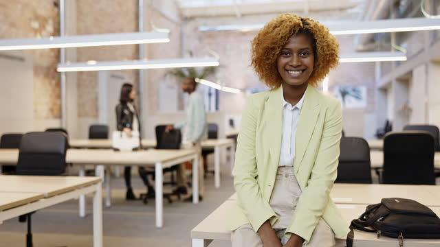 portrait of confident black businesswoman in modern office - businesswear stock videos & royalty-free footage