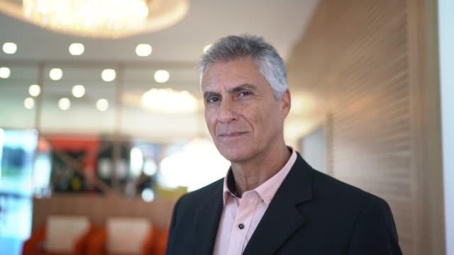 vídeos y material grabado en eventos de stock de retrato de un hombre de negocios confiado - presidente de organización