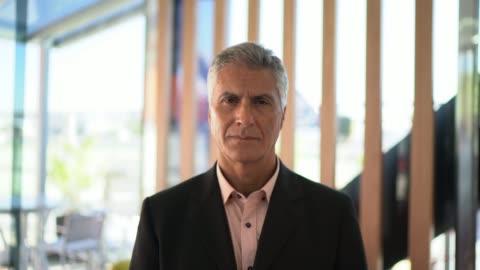vídeos de stock, filmes e b-roll de retrato do homem de negócios confiável - presidente de empresa