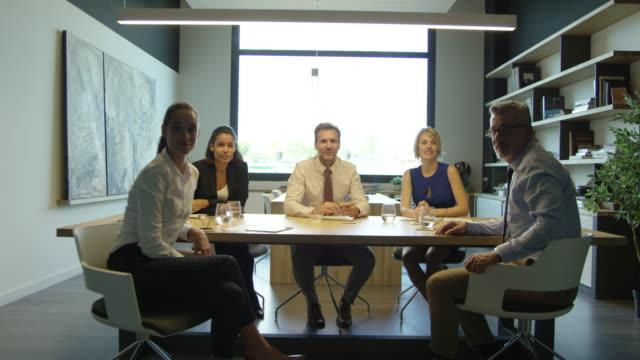 vídeos de stock e filmes b-roll de portrait of confident businesspeople in board room - autoconfiança