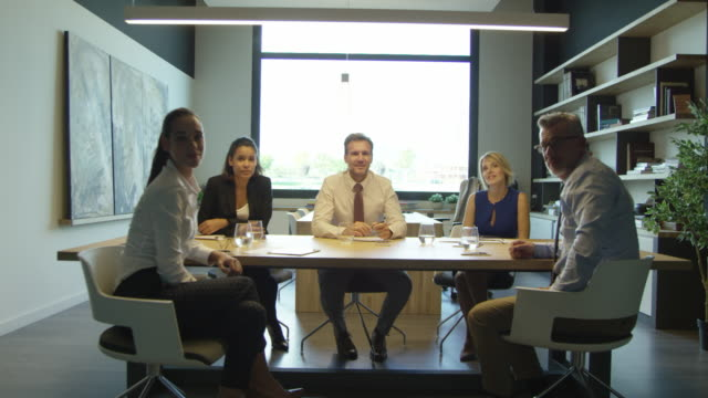 vídeos de stock e filmes b-roll de portrait of confident businesspeople in board room - dolly shot