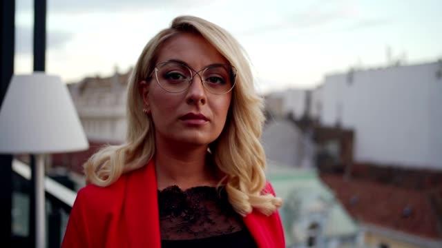 vidéos et rushes de portrait d'une femme d'affaires confiante - visage sans expression