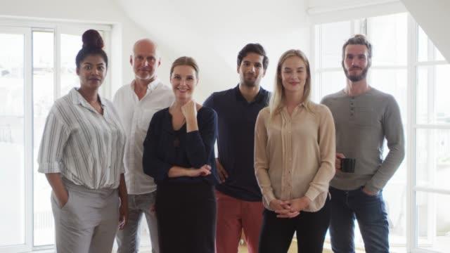 vídeos y material grabado en eventos de stock de retrato de colegas confidentes de pie en el cargo - oresund escandinavia