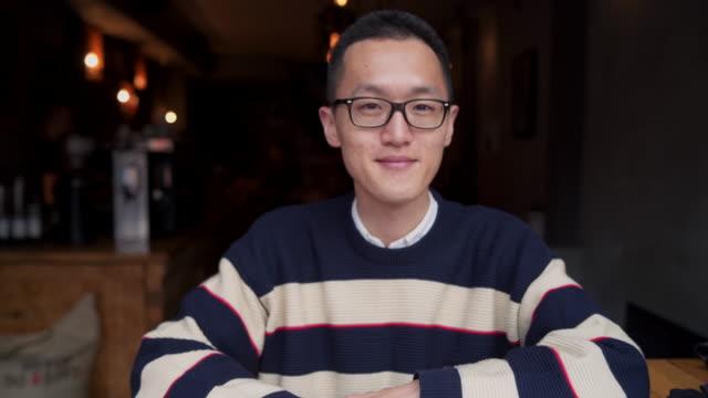 stockvideo's en b-roll-footage met portret van vertrouwen ondernemer - leesbril
