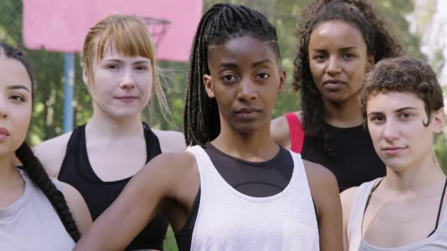 vidéos et rushes de verticale des joueurs féminins confiants de basket-ball - sport d'équipe
