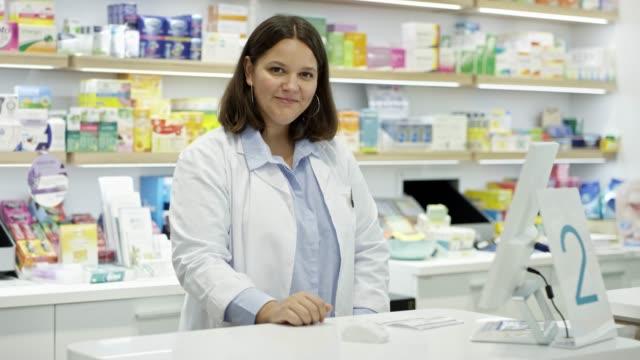 vidéos et rushes de portrait de pharmacien femelle confiant à la pharmacie - groupe d'objets