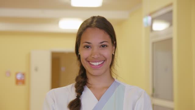 porträt einer selbstbewussten ärztin im krankenhaus - ärztin stock-videos und b-roll-filmmaterial