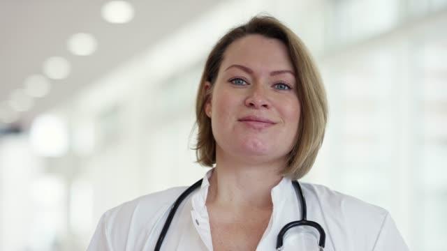 porträtt av självsäker kvinnlig vård arbetare - kvinnlig läkare bildbanksvideor och videomaterial från bakom kulisserna