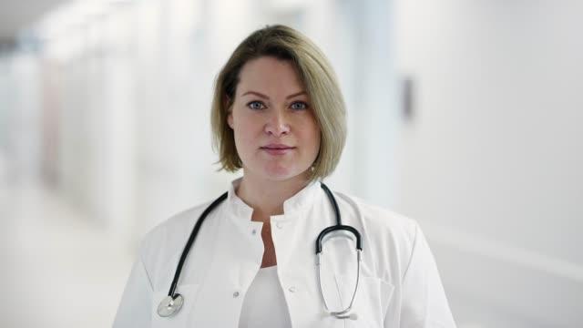 porträtt av självsäker kvinnlig sjukvårds personal - kvinnlig läkare bildbanksvideor och videomaterial från bakom kulisserna