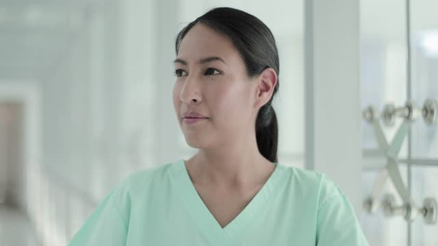 vidéos et rushes de portrait of confident female surgeon in hospital - une seule femme d'âge moyen