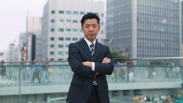 portrait of confident japanese businessman in the city - 上半身像 個影片檔及 b 捲影像