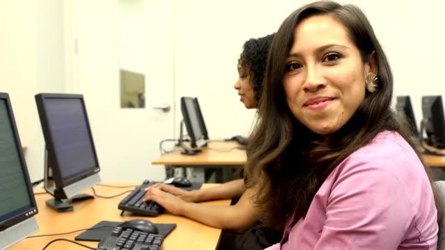 vídeos y material grabado en eventos de stock de retrato de confianza latina hembra en montaje tipo aula - laboratorio de ordenadores