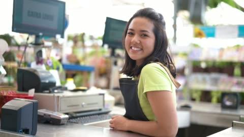 porträtt av säker ägare lutande på kassadisken på blomsteraffär - stormarknad bildbanksvideor och videomaterial från bakom kulisserna