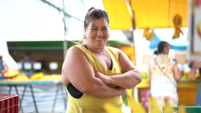 vídeos de stock, filmes e b-roll de retrato do proprietário confiante - vendendo bananas no mercado dos fazendeiros - feirante