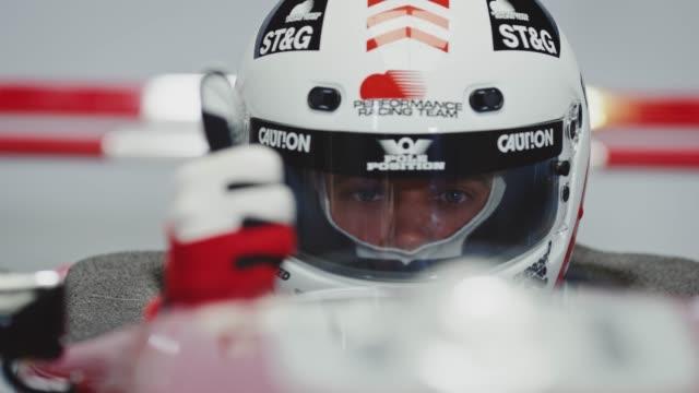 porträt von zuversichtlich racer gestikulieren daumen hoch - entwicklung stock-videos und b-roll-filmmaterial